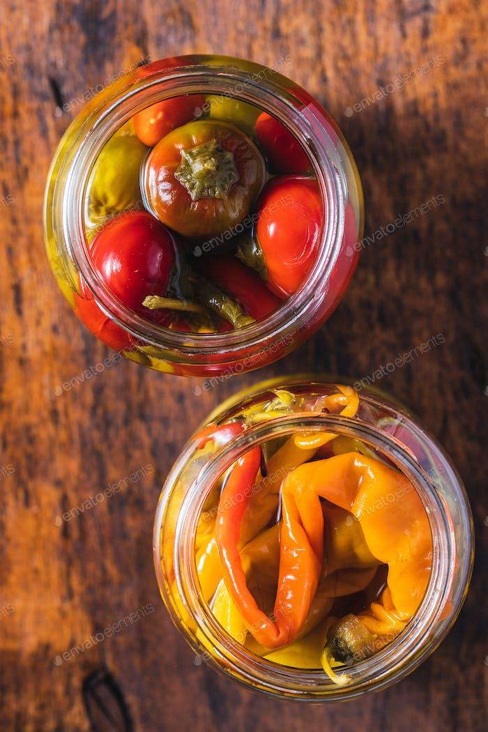 Eingelegte Chilischoten im Glas.