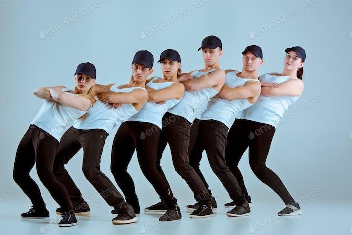 Gruppe von Männern und Frauen tanzen Hip-Hop Choreographie