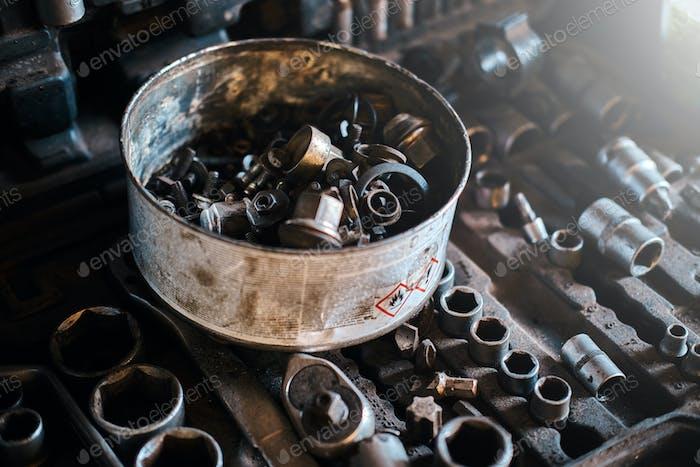 Kleinteile wichtiger Werkzeuge in der Werkstatt