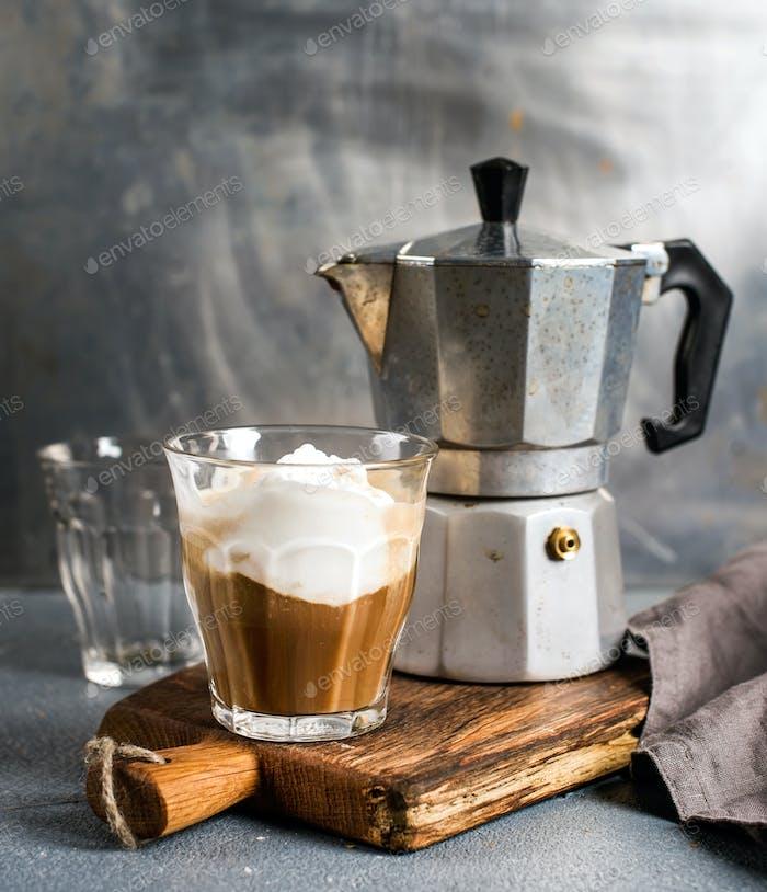 Vaso de café con Hielo sobre Panel de De madera rústica y maceta italiana Moka de acero