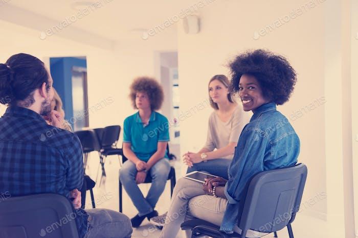 Multiethnisches Startup-Business-Team auf Meeting
