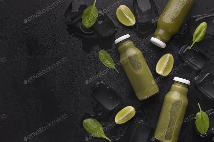 Grüner frischer und nahrhafter Detox Limetten-Smoothie auf Schwarz