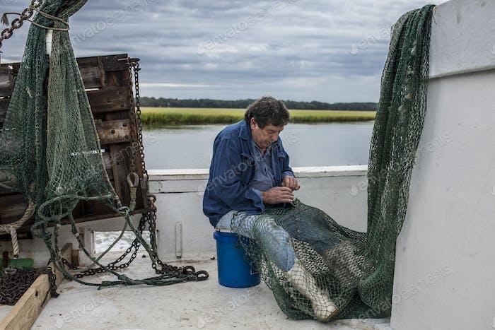 Fischer flicken sein Netz