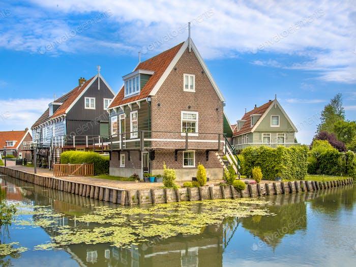Historische Häuser am Wasser entlang des Kanals