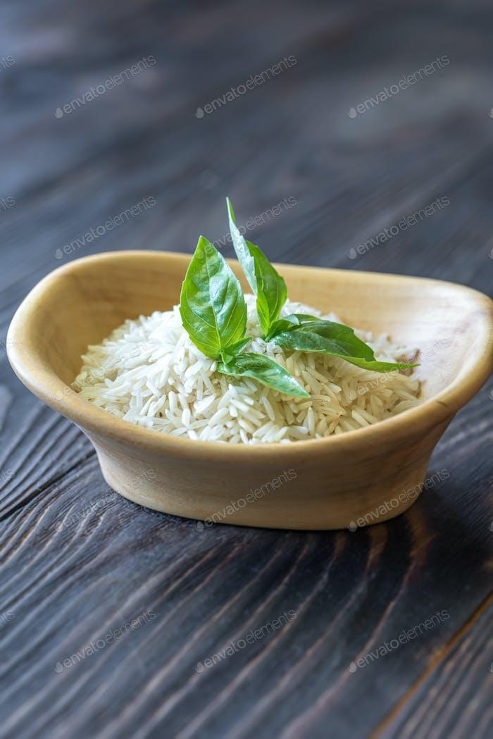 Schüssel mit ungekochtem Basmati-Reis