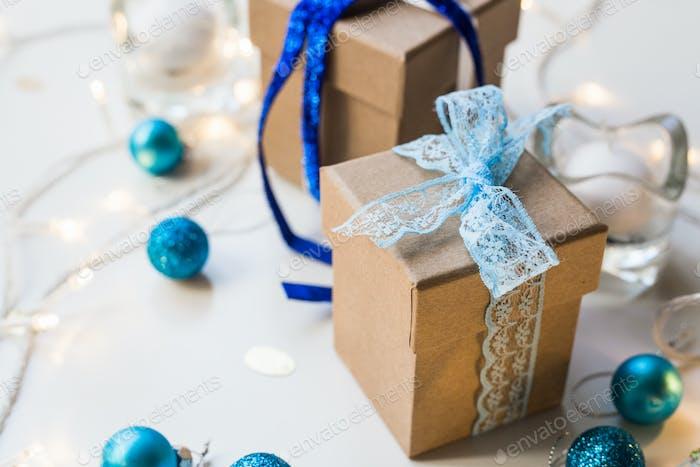 Schöne Weihnachtskomposition mit Geschenk oder Geschenkbox auf weißem Hintergrund.