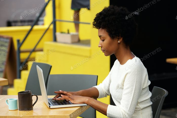 Thumbnail for Attraktive junge Frau mit Laptop außerhalb