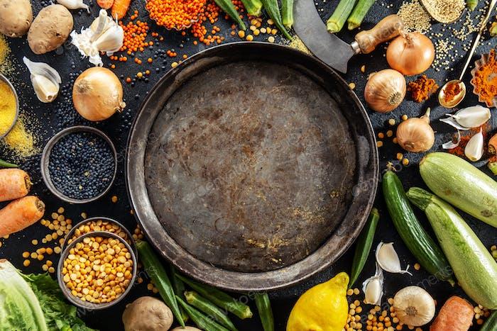 Vielfalt von frischem schmackhaftem Gemüse auf dunklem Hintergrund