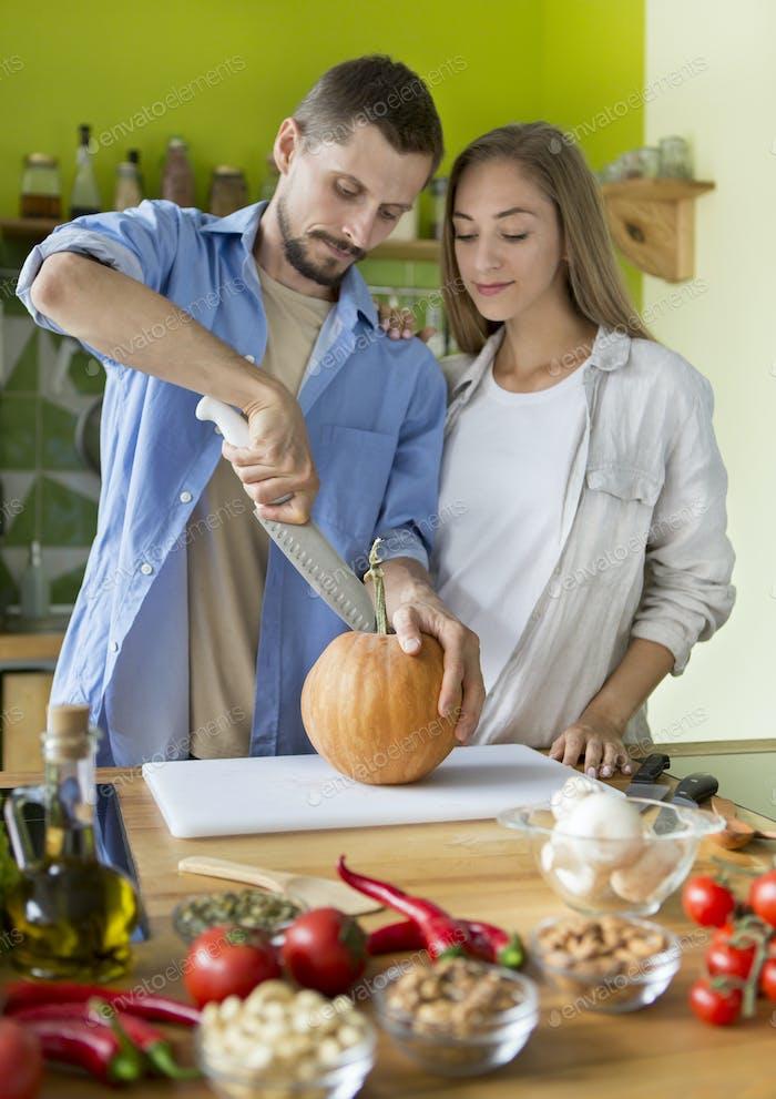 Junges veganes Paar Kochen gesundes Essen in der Küche