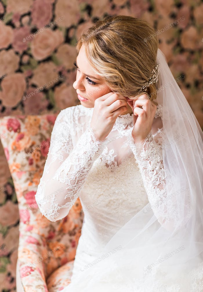 Braut und Ohrringe