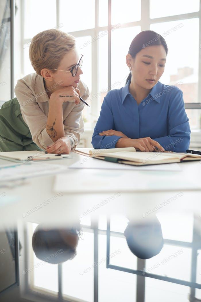Geschäftsfrauen diskutieren Arbeit im Siunlit Büro