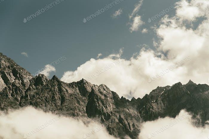 Karge Berge bedeckt mit Wolken