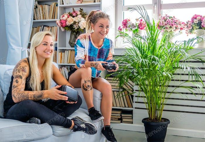Zwei Frauen, die Spaß mit Virtual Reality Brille haben.
