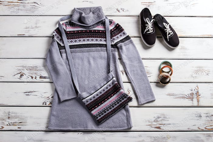 Tunic with keds and purse.