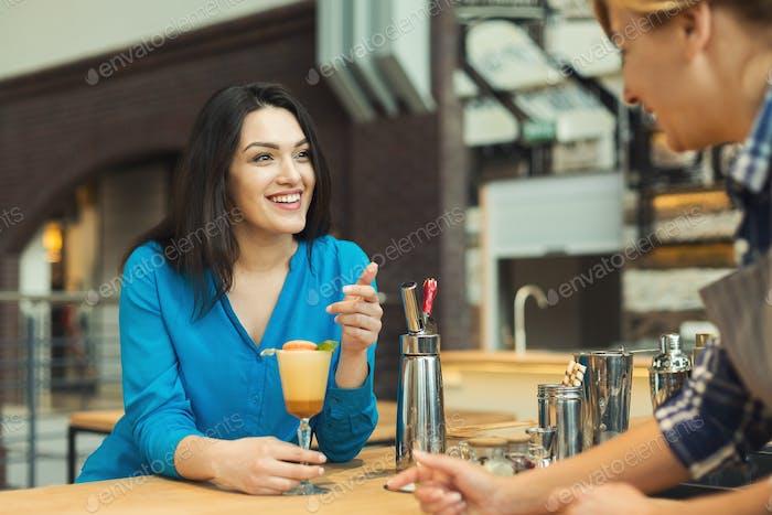 Barista charlando con el invitado y sirviendo café