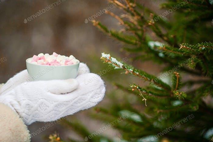 Thumbnail for Weibliche Hände Holdink weiße Tasse Kaffee mit weißen und rosa Marshmallows