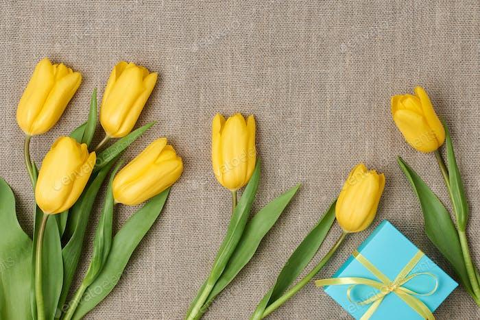 Muttertag Hintergrund. Tulpen, Geschenk auf Sacktuch