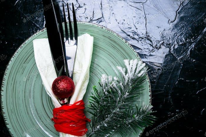 weihnachtstisch platzierung Urlaub Hintergrund. Grüner Teller, Messer und Gabel mit Weihnachten