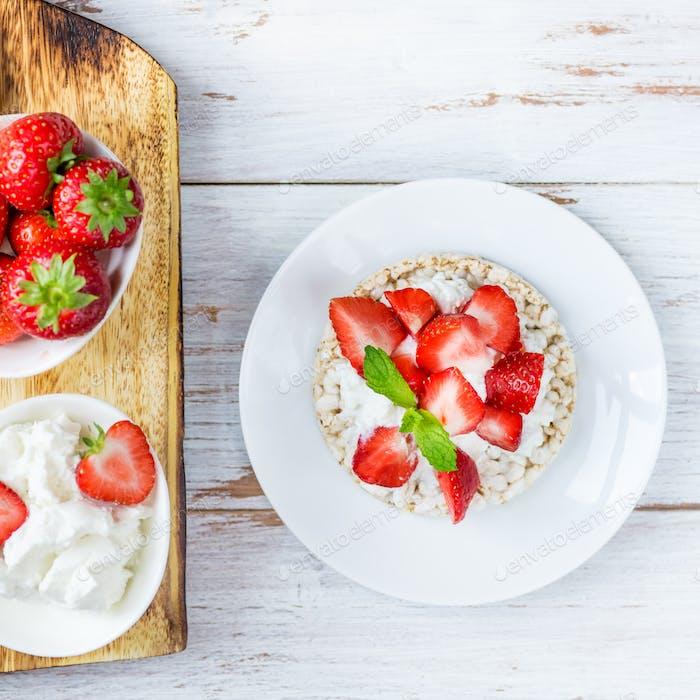 Здоровые закуски из рисовых тортов с рикоттой и клубникой