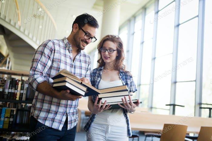 Paar glückliche Studenten an der Universität