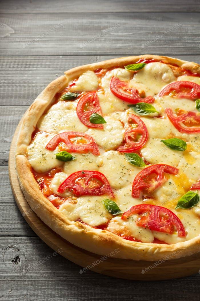 Margarita Pizza auf Holz