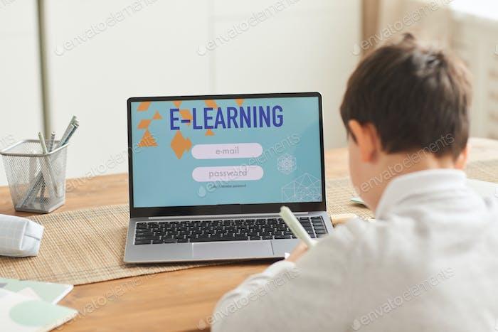 Niño que estudia en casa a través del sitio web de e-Learning