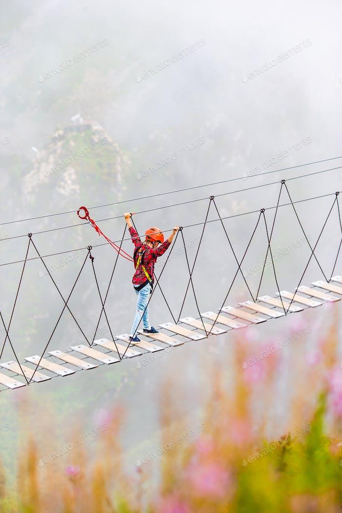 Die Seilbrücke auf dem Gipfel des Berges Rosa Khutor, Russland