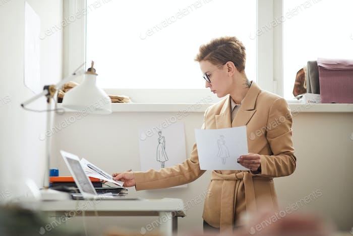 Modeschöpfer mit Skizzen