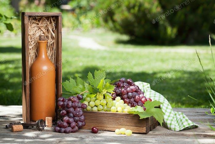 Weinflasche und Traube