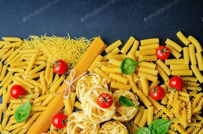 verschiedene Nudeln mit Tomaten und Spinat