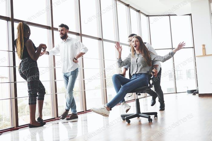 Время отдыхать и лечиться на стуле в чистом офисном помещении