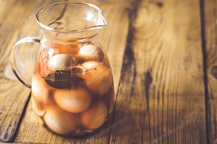 Eingelegte Eier im Glaskrug