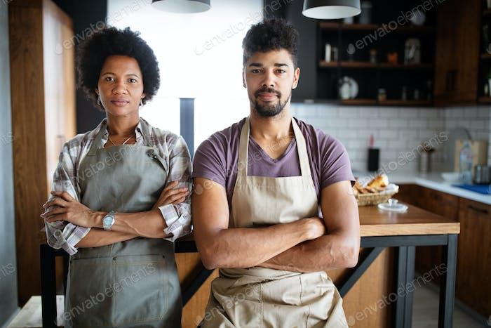 Retrato de chefs felices en la cocina. Alimentos saludables, cocina, personas, concepto de cocina
