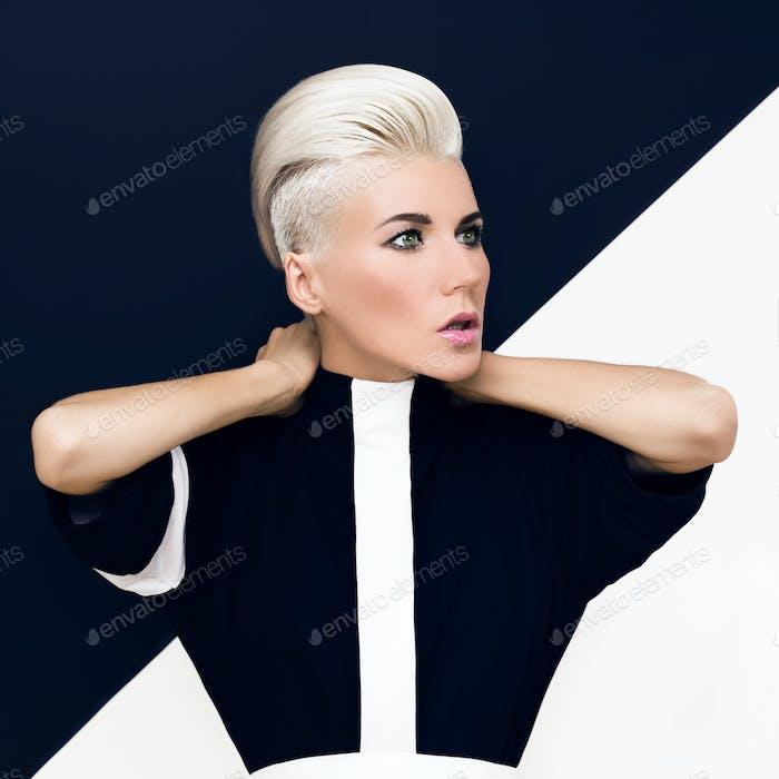 Mode Foto. blondes Modell mit trendiger Frisur.