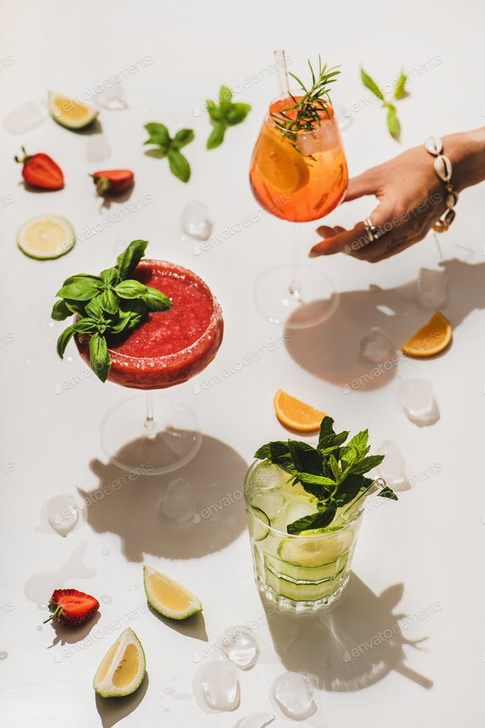 Erdbeer-Basilikum Margarita, Gin-Tonic und Aperol Spritz Cicktail in der Hand