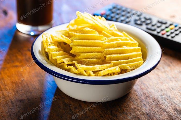 Knusprige Kartoffelchips in einer Schüssel.