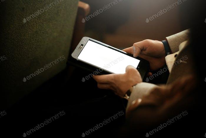 stilvolle Mann hält Tablet mit leeren weißen Bildschirm