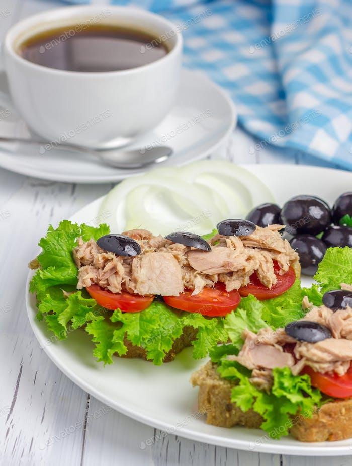 Thunfisch-Sandwiches auf dem weißen Teller