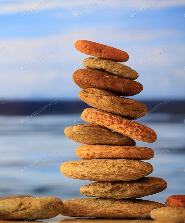 Zen Steine stapeln auf blauem Himmel und Meer Hintergrund