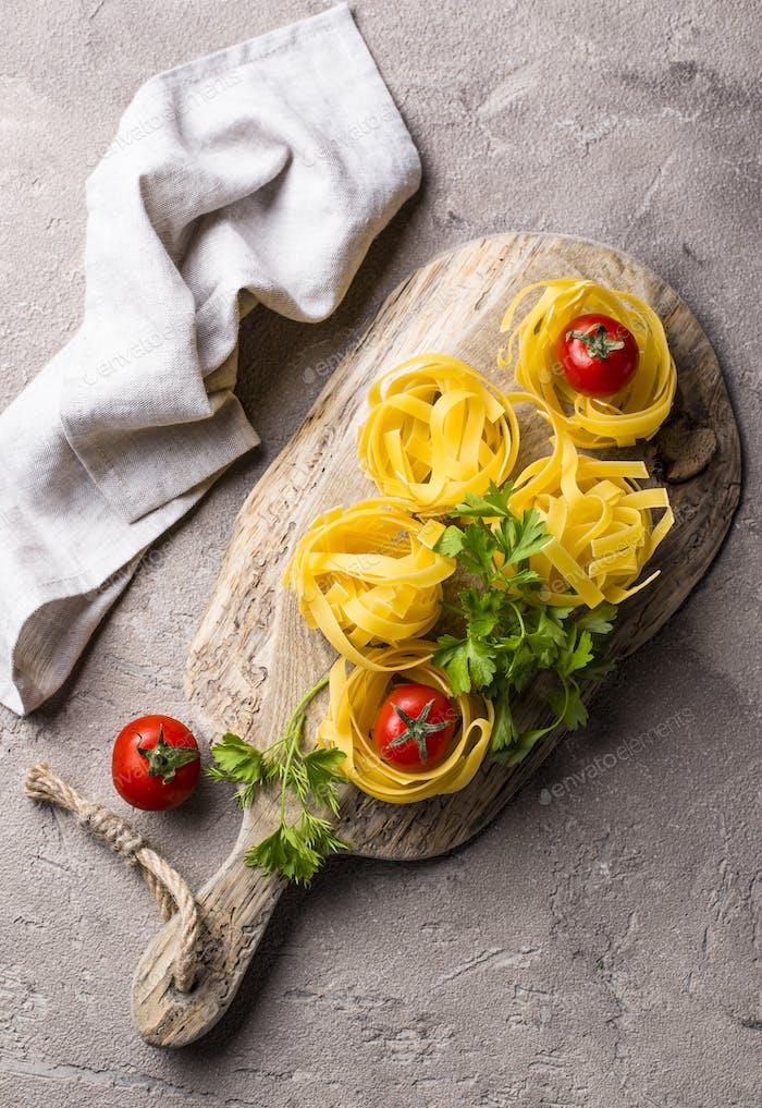 Rohe Pasta Tagliatelle oder Fettuccine