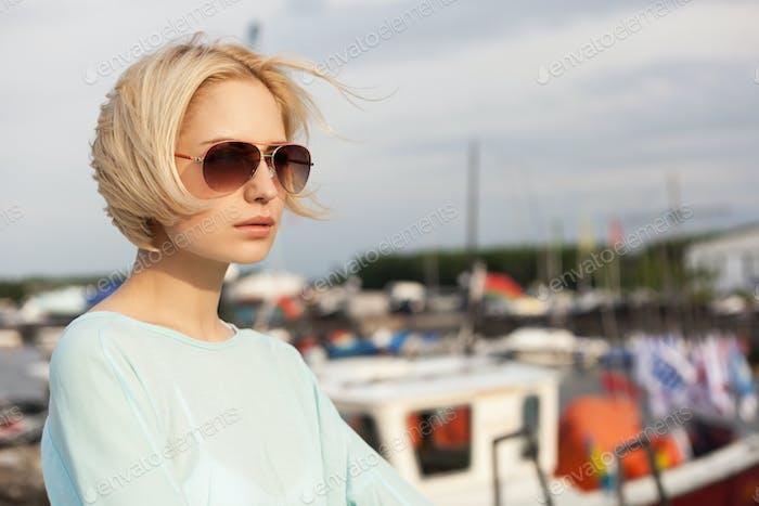 Hübsches Mädchen auf dem Meer Hintergrund