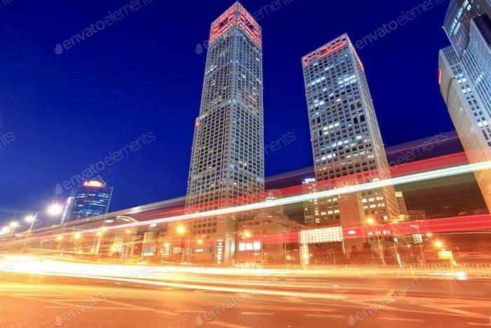 modernes Stadtbild mit Verkehr in der Abenddämmerung