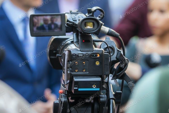 Pressekonferenz im Freien. Kamera bei einem Medienereignis