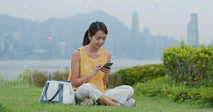 Frau Verwendung von Handy in der Stadt