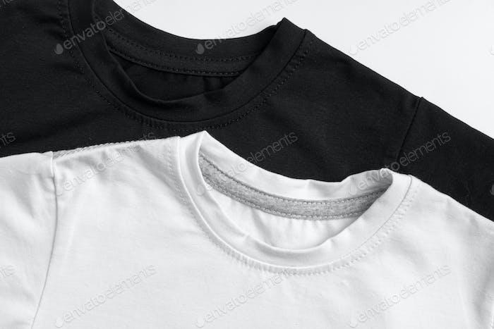 dos camisetas lisas en color blanco y negro