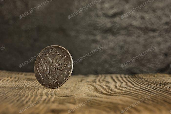 Nahaufnahme der alten russischen Münze auf einem hölzernen Hintergrund.