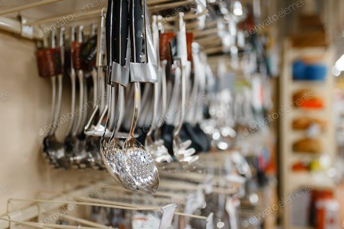 Geschirr auf dem Regal Nahaufnahme, Haushaltswarenladen