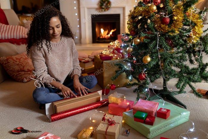 Frau zu Hause zu Weihnachten
