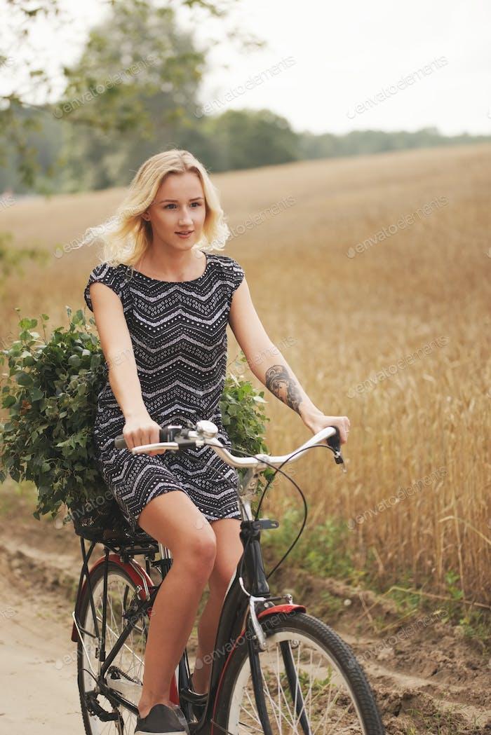 junge schöne Mädchen mit Fahrrad