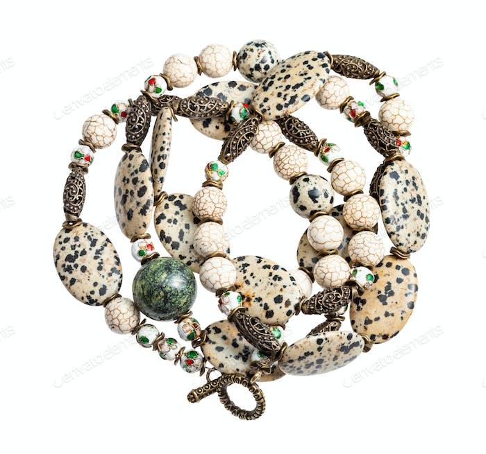verheddert Halskette aus Aplite Cabochons isoliert